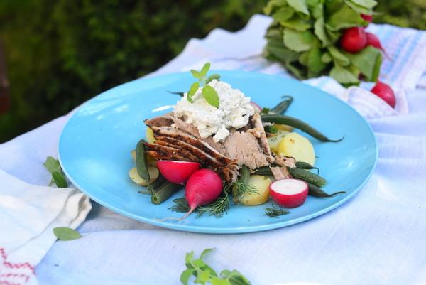 Pieczone polędwiczki w miodzie ze świeżym majerankiem, kozim serem i czerwcowymi warzywami!